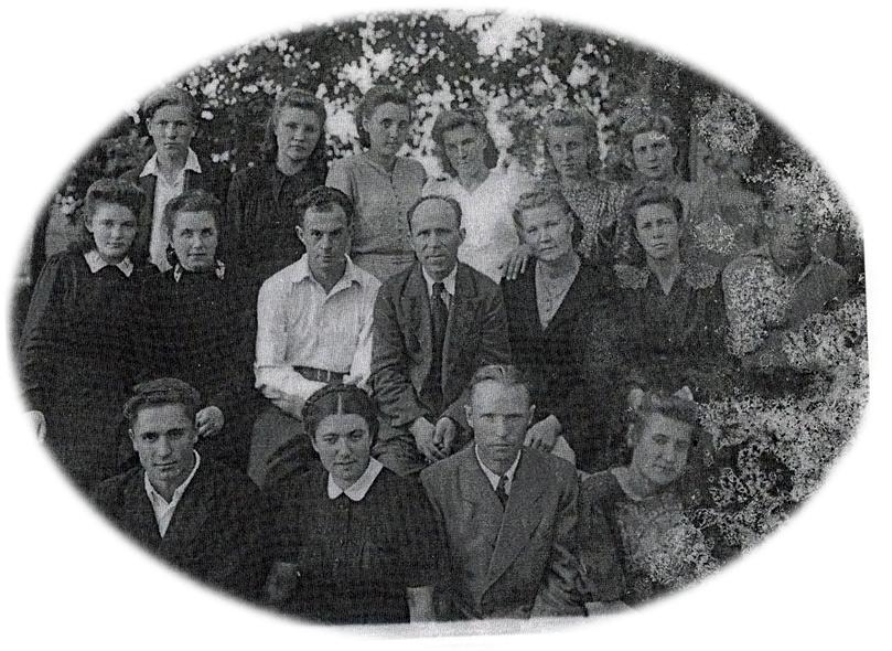 В центре - директор школы рабочей молодежи Юрий Герасимович Храпченков. Фото 1949 года.