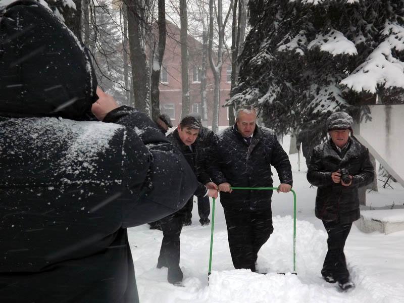 Франц Клинцевич убирает снег у Вечного огня