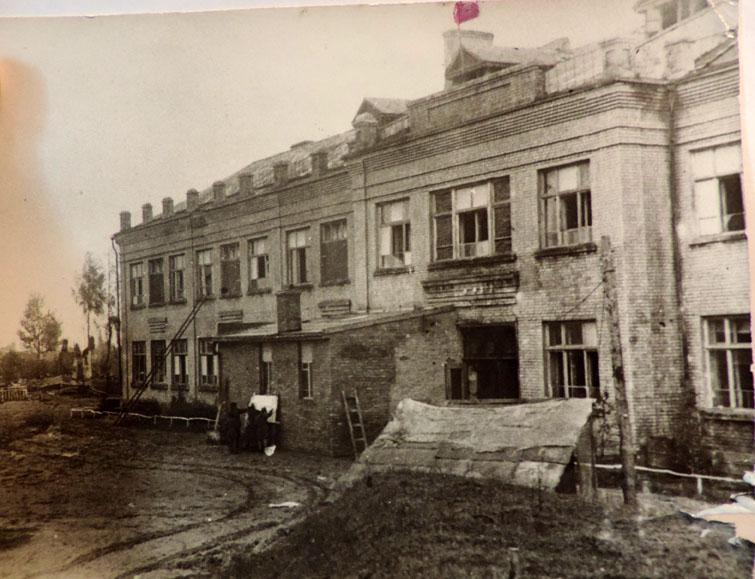 Красный флаг над школой. 1943 г. Фото из альбома С.В.Козловой