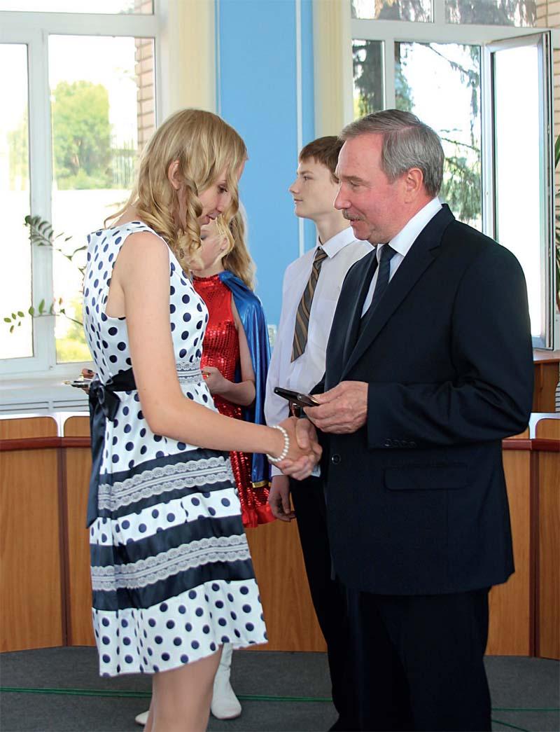 Вручение медали лучшей выпускнице 2017 года Ксении Кусакиной