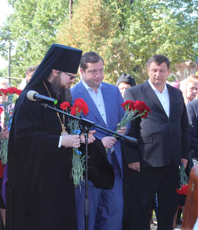 У памятника князю Ростиславу