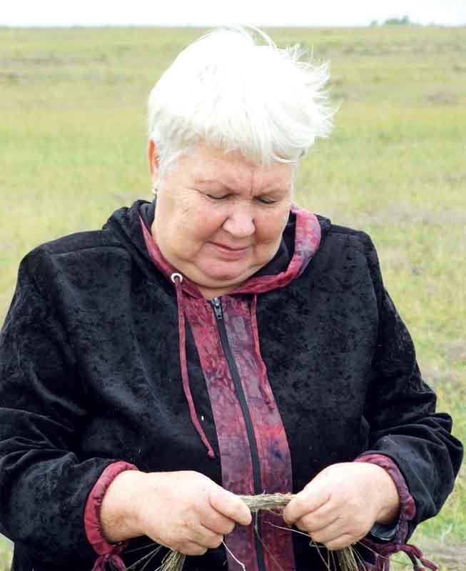 Председатель СПК «Успех» Галина Петрова пробует льноволокно на прочность