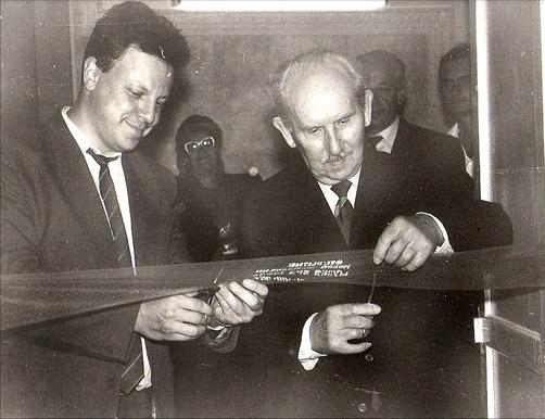 Ю.А. Черняк и С.Ф. Орловский открывают обновлённую экспозицию музея. 1994 г.