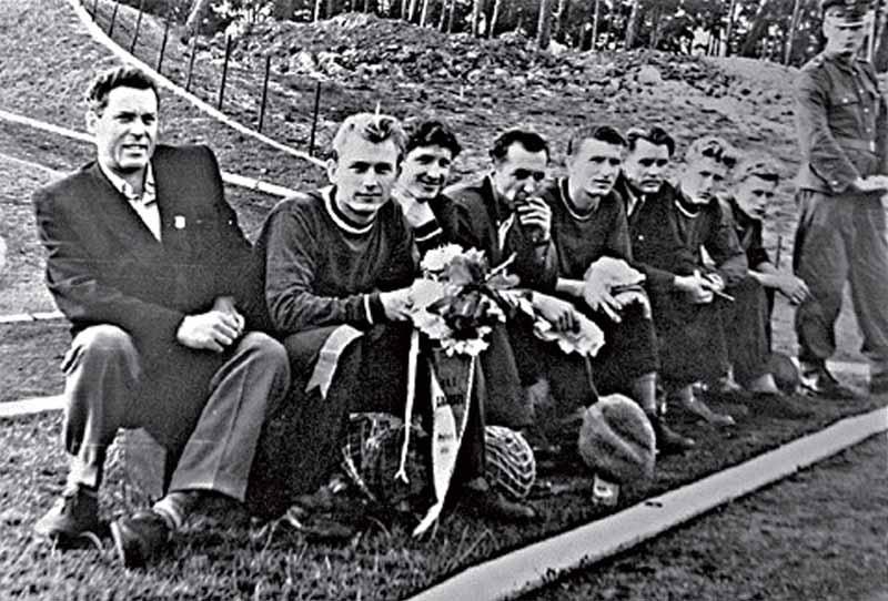 Футболисты минского «Спартака» (1954 г.). Первый слева - М. Бозененков, рядом с ним юный Николай Блашко