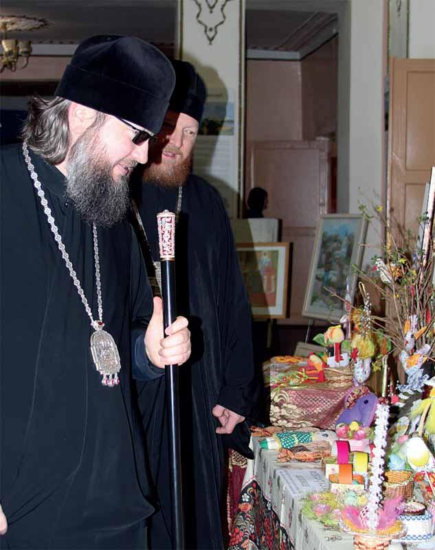 Епископ Мелетий и протоиерей Михаил Гольцман осматривают выставку