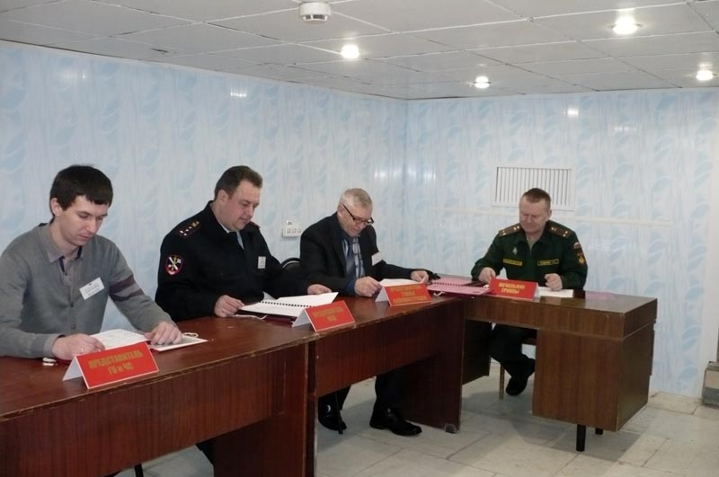 Военный комиссар Н.И. Бодачев (первый справа) проводит занятия по мобилизационной работе