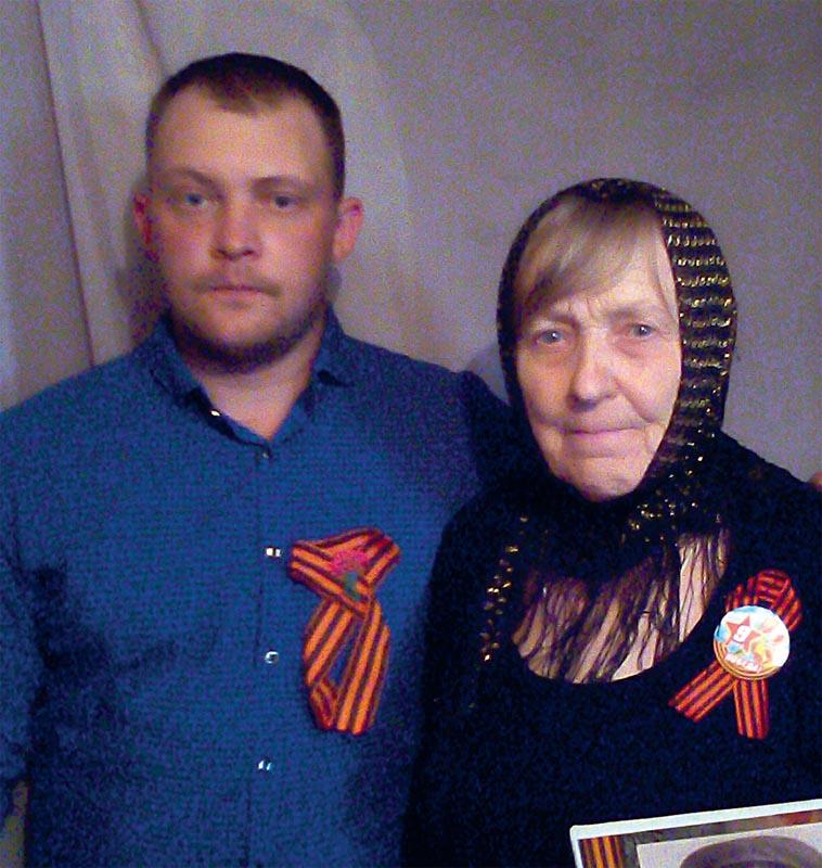 Мария Макаровна с Володей Мишуриным, который нашел медаль «За отвагу»