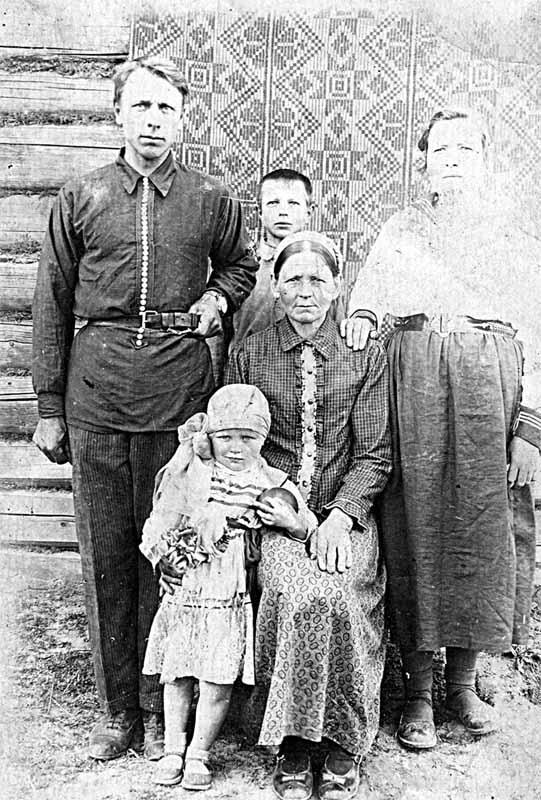 Семья Лоскутовых (довоенное фото)