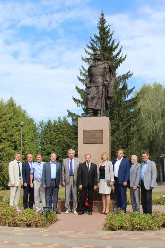 Руководство района, представители депутатского корпуса, почетные граждане города и делегация из Кричева у памятника основателю Рославля