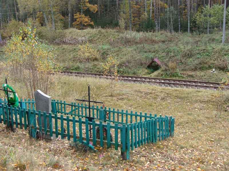 Воинское захоронение и источник разделены железнодорожным полотном