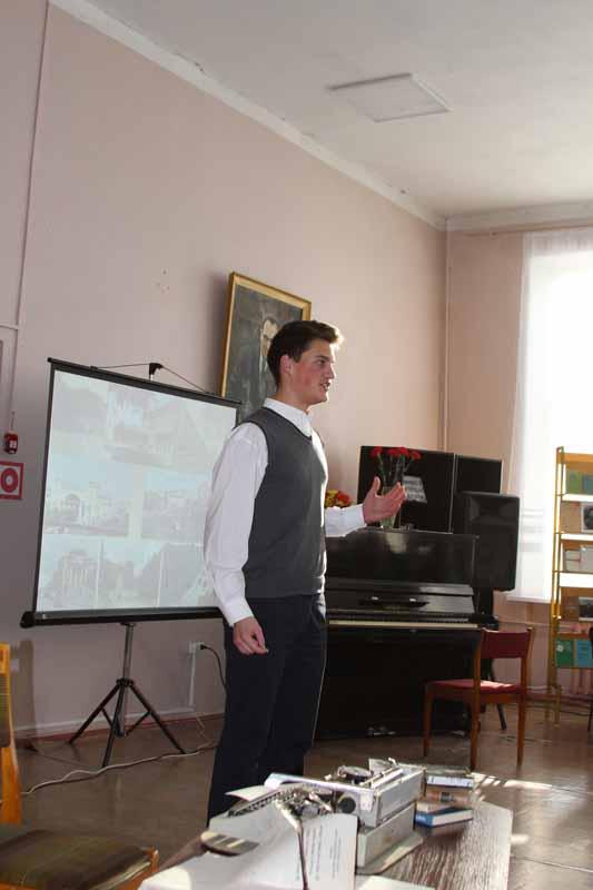 Гимназист Алексей Бодякин читает стихи Н. Рыленкова