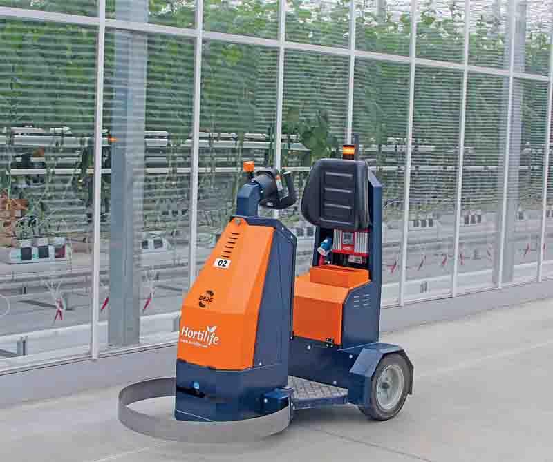 Электромобиль для транспортирования тележек с собранными овощами