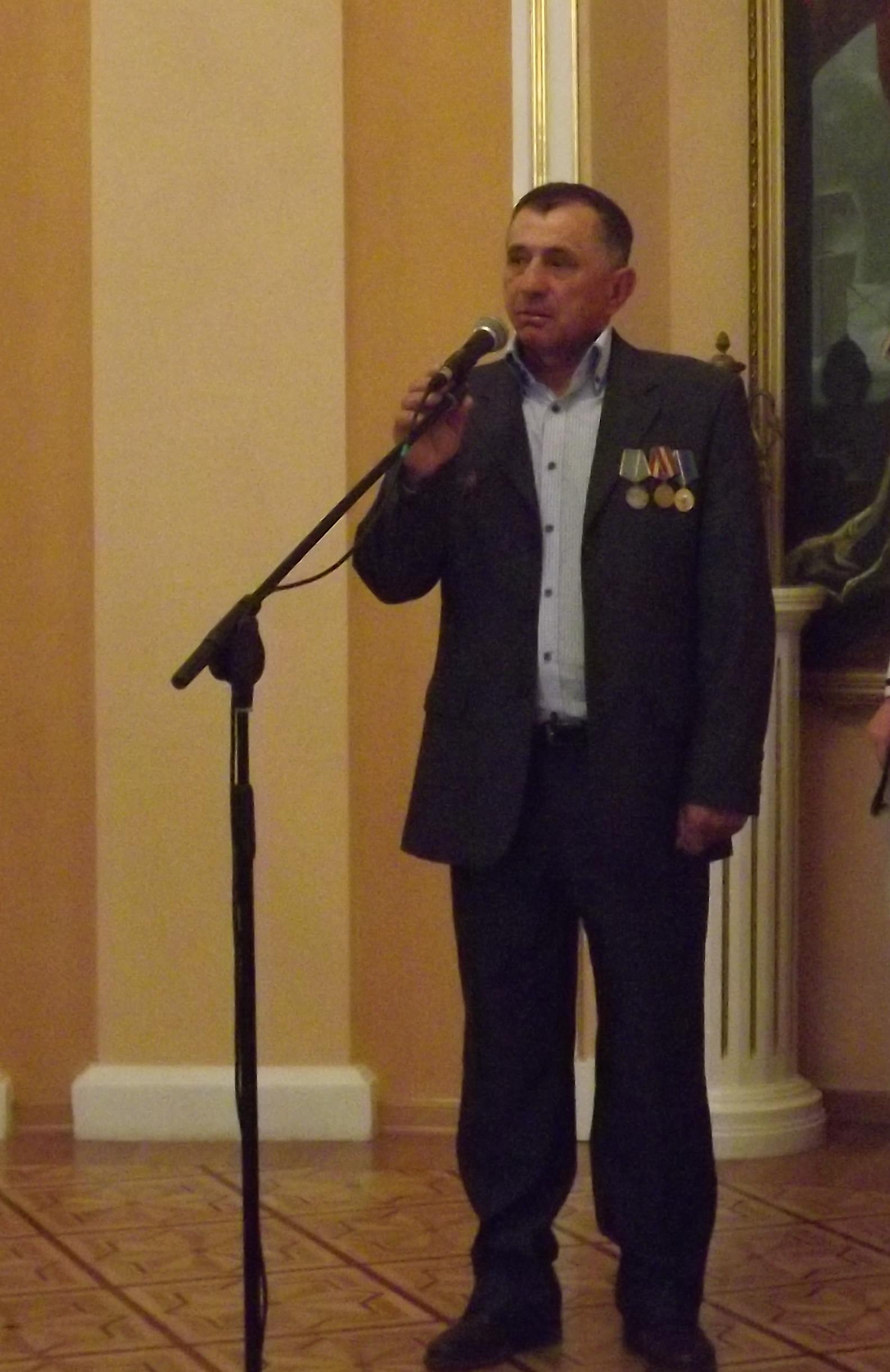 Стихи читает наш земляк, кавалер ордена Красной Звезды и медали «За боевые заслуги» Геннадий Пызин